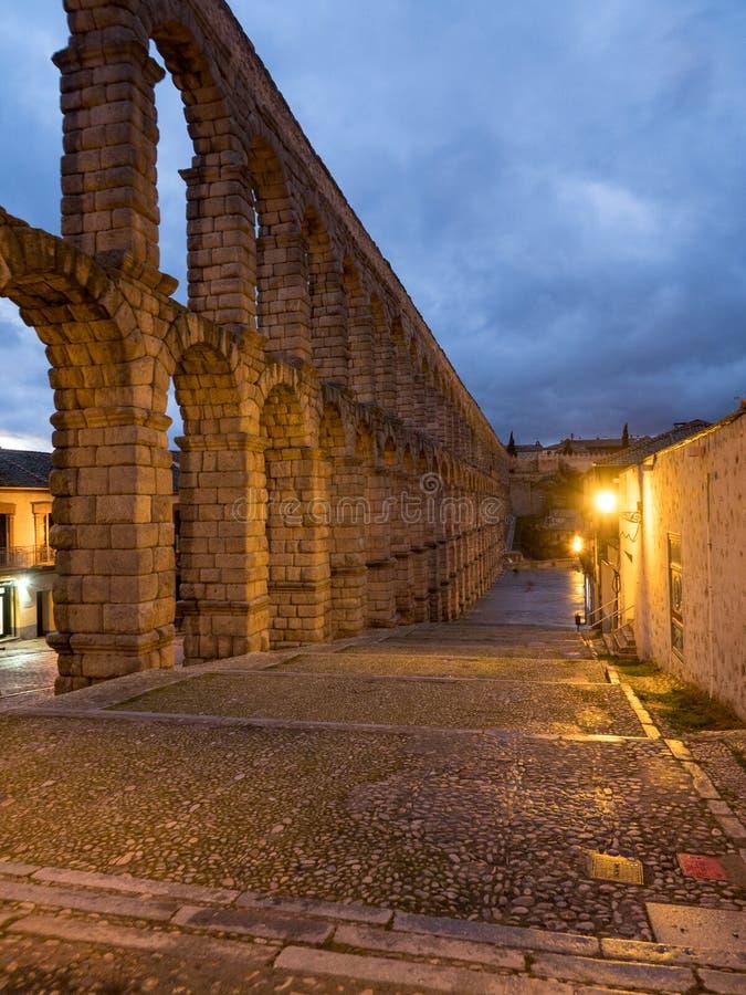 塞戈维亚,古老罗马渡槽的西班牙 塞哥维亚输水道,位于Plaza del Azoguejo,是定义的历史f 库存图片