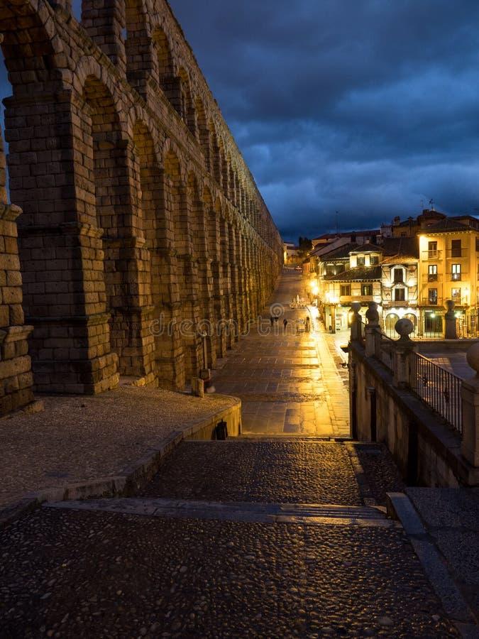 塞戈维亚,古老罗马渡槽的西班牙 塞哥维亚输水道,位于Plaza del Azoguejo,是定义的历史f 库存照片