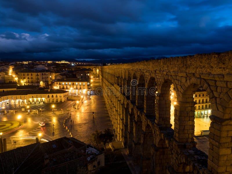 塞戈维亚,古老罗马渡槽的西班牙 塞哥维亚输水道,位于Plaza del Azoguejo,是定义的历史f 图库摄影