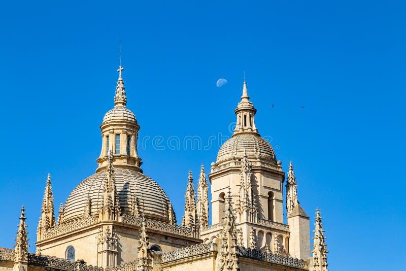 塞戈维亚,西班牙–塞戈维亚大教堂的圆顶有后边月亮的 免版税库存照片