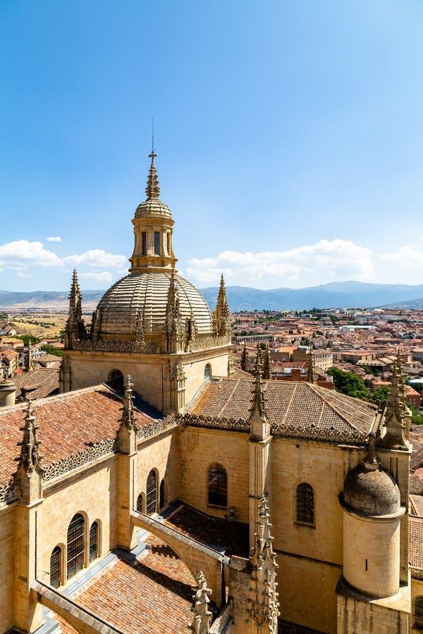 塞戈维亚,西班牙大教堂的圆顶的–视图和从钟楼的顶端塞戈维亚老镇在夏时 免版税库存图片