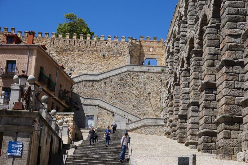 塞戈维亚墙壁在罗马渡槽附近的 免版税库存照片