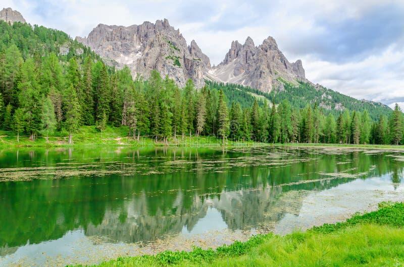 塞斯托白云岩的湖Misurina,意大利 免版税图库摄影