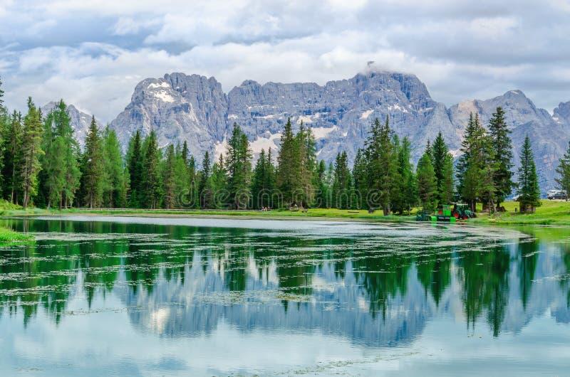 塞斯托白云岩的湖Misurina,蒂罗尔,意大利 库存照片