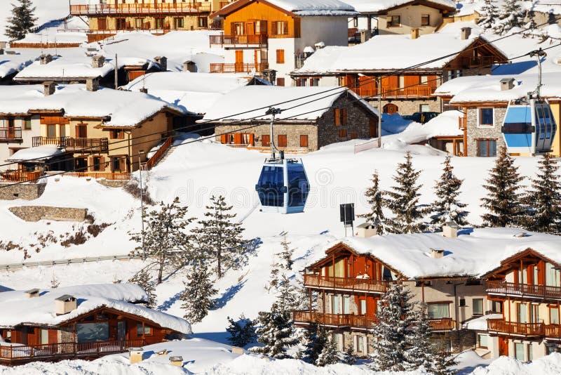 塞斯特列雷山口滑雪胜地,意大利美好的都市风景  免版税图库摄影