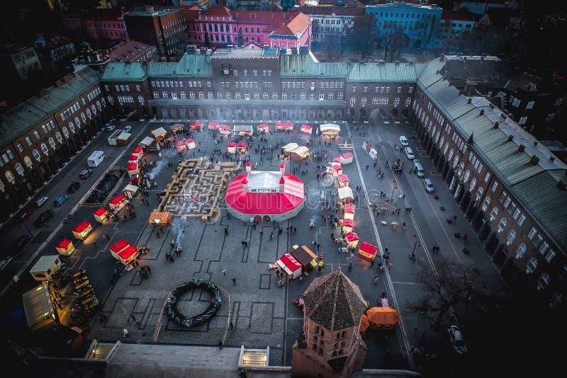 塞格德市匈牙利 出现圣诞节市场,鸟瞰图 免版税库存照片