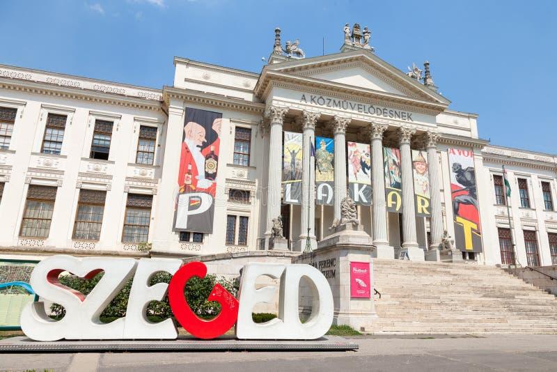 塞格德,匈牙利- 2017年7月21日:Mora费伦茨博物馆主楼在最后下午的,与在前面的塞格德商标 免版税库存照片