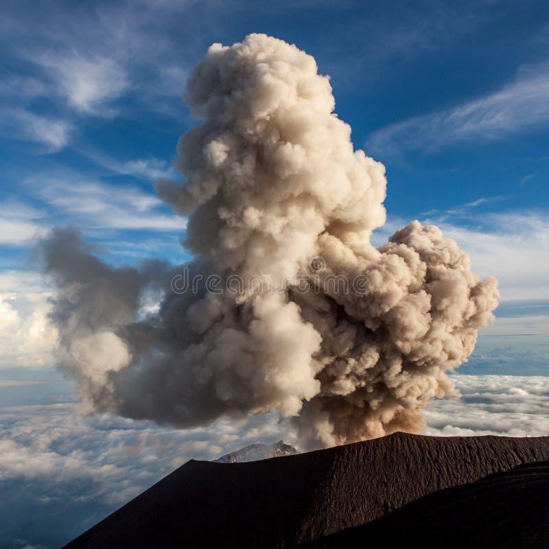 塞梅鲁火山火山爆发 Mt 塞梅鲁火山喷发云彩 免版税库存图片