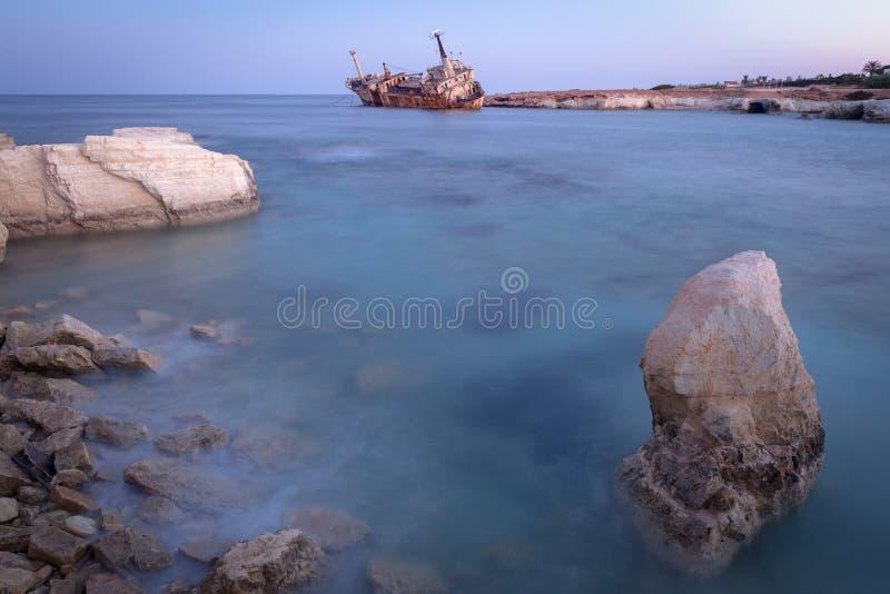 塞浦路斯帕福斯佩吉亚附近废弃的生锈船Edro III 库存照片