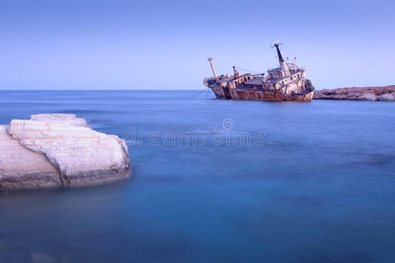 塞浦路斯帕福斯佩吉亚附近废弃的生锈船Edro III 免版税库存图片