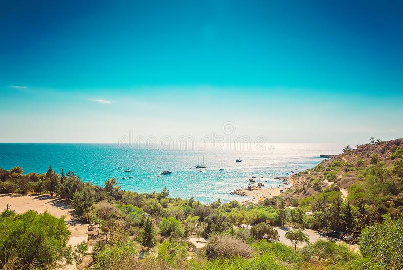 塞浦路斯普罗塔拉斯, Konnos海滩,盐水湖地中海看法从上面 免版税图库摄影