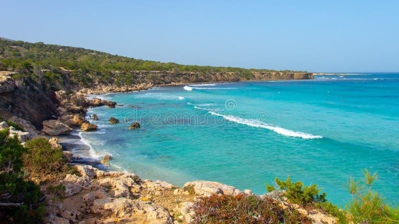 塞浦路斯海岸线 在塞浦路斯的海多岩石的海滩在晴朗的晴天 海岸风景用绿松石水 库存照片