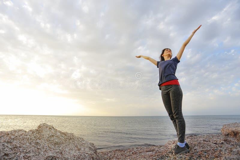 塞浦路斯海滩的愉快的妇女 库存图片