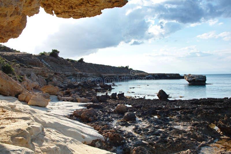 塞浦路斯的海运和石头 库存照片