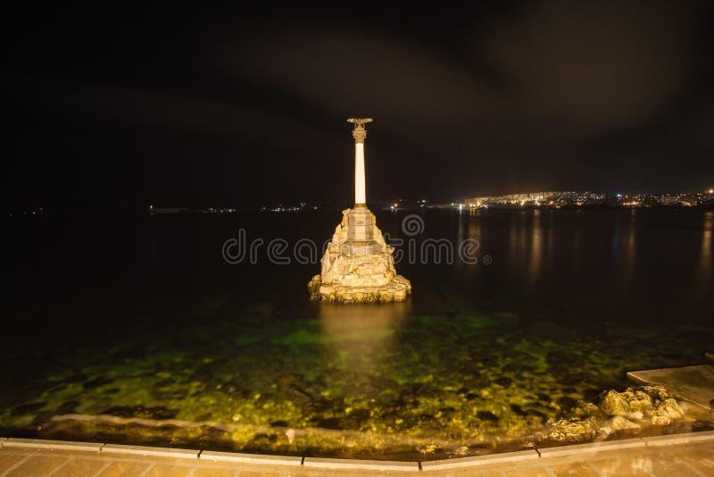 塞瓦斯托波尔市-对阻碍入口的被破坏的俄国船的纪念碑的标志对塞瓦斯托波尔海湾 免版税图库摄影