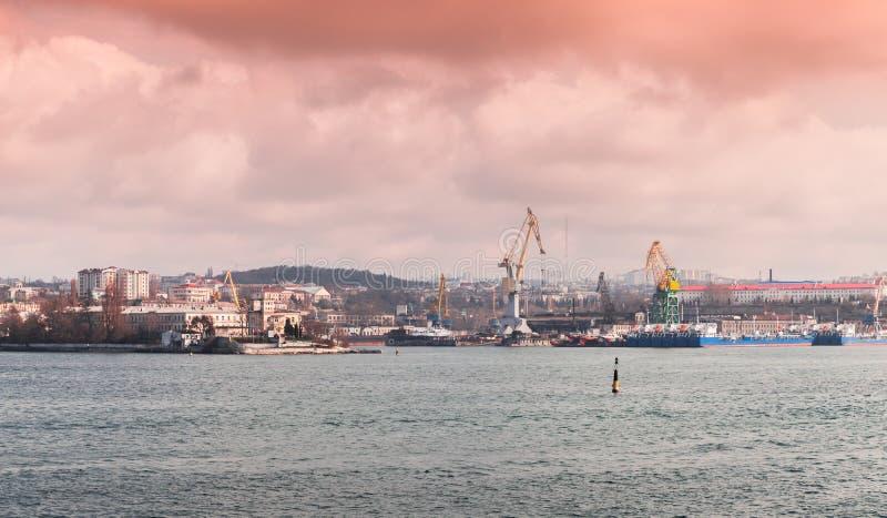 塞瓦斯托波尔海湾,与口岸的沿海都市风景 免版税库存照片