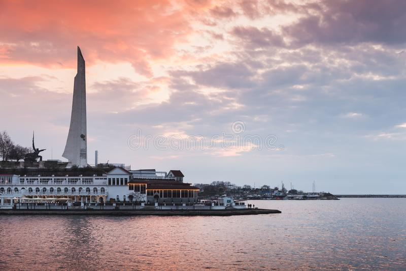 塞瓦斯托波尔都市风景在五颜六色的天空下 免版税库存图片