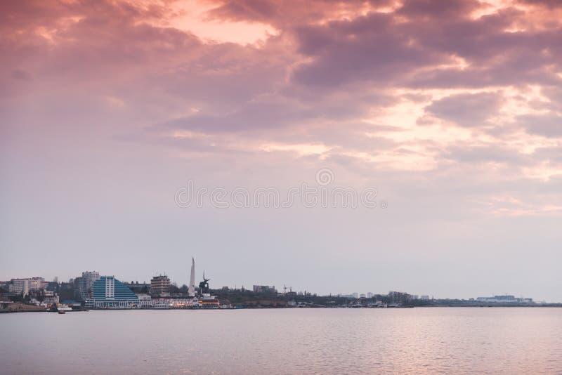 塞瓦斯托波尔都市风景在五颜六色的天空下 图库摄影