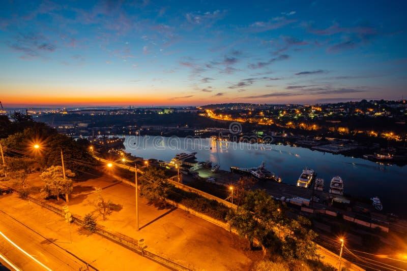 塞瓦斯托波尔,克里米亚夜鸟瞰图  港口,货船 免版税图库摄影