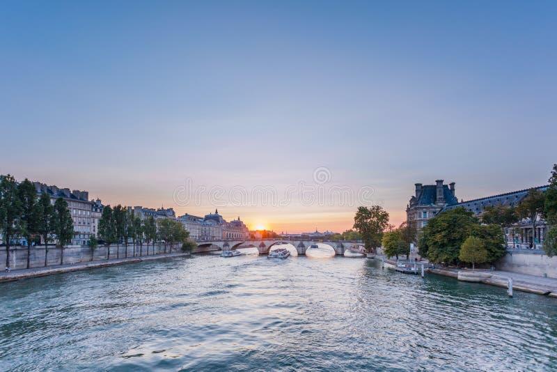 塞纳河日落视图在巴黎,法国 巴黎建筑学和地标  巴黎明信片  库存图片