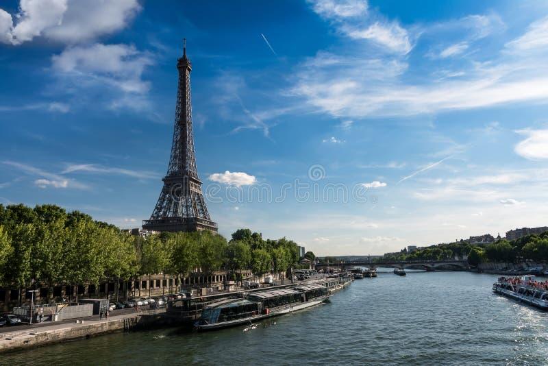 巴黎-从塞纳河的银行看见的艾菲尔铁塔 库存图片