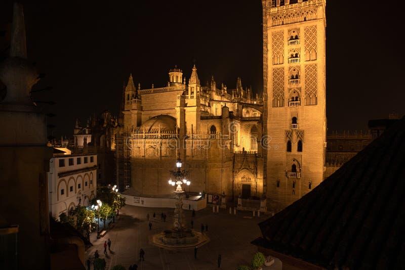 塞维利亚主教座堂在晚上 免版税库存图片