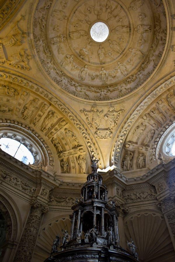 塞维利亚大教堂被雕刻的天花板的游行圣体匣和细节  库存图片