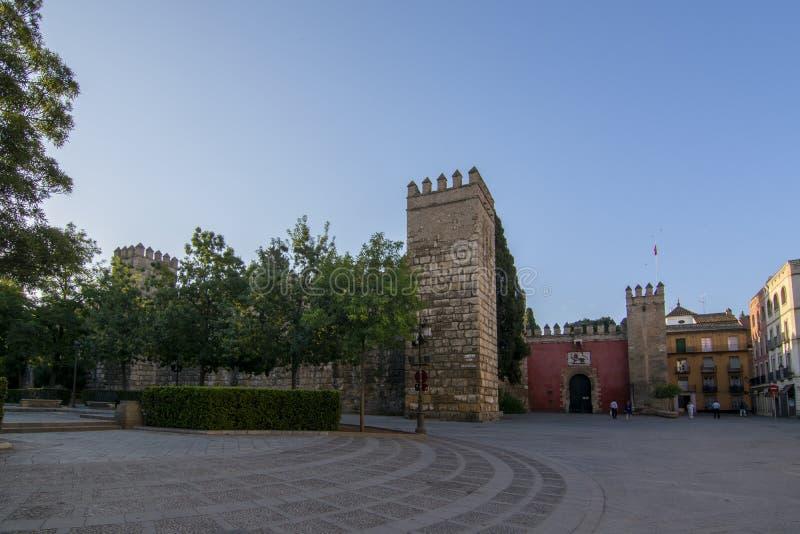 塞维利亚王宫的中世纪墙壁在塞维利亚,安大路西亚,西班牙 库存图片
