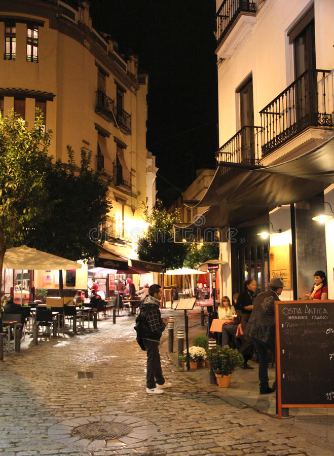 塞维利亚街道在晚上 库存图片