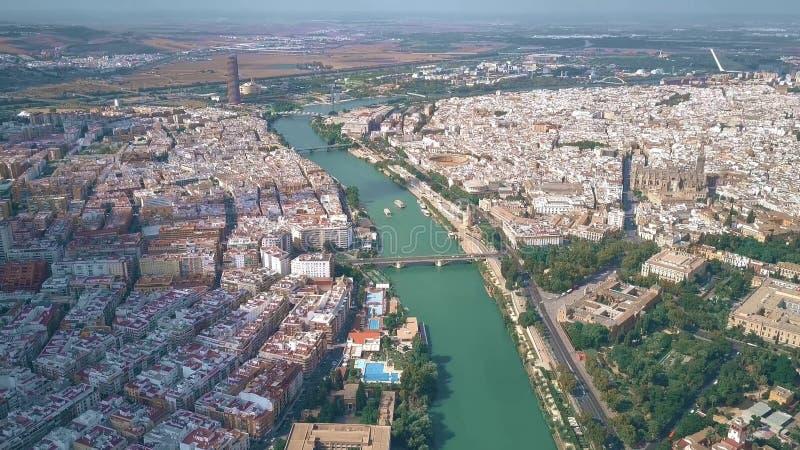 塞维利亚都市风景和瓜达尔基维尔河河,西班牙鸟瞰图  库存照片