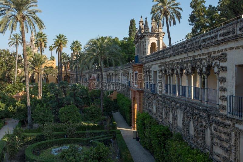 塞维利亚,西班牙,2017年9月,29日:看沿着庭院的华丽内部墙壁在皇家城堡里面的 库存照片