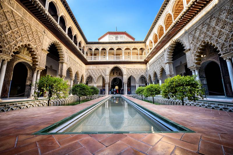 塞维利亚,西班牙:真正的城堡在塞维利亚 Patio de las Doncellas在王宫,在1360年真正的城堡建造 免版税库存照片
