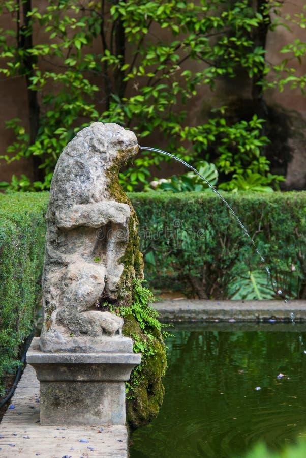 塞维利亚,西班牙- 2018年6月:喷泉在城堡宫殿的公园在塞维利亚,西班牙,欧洲 免版税库存图片
