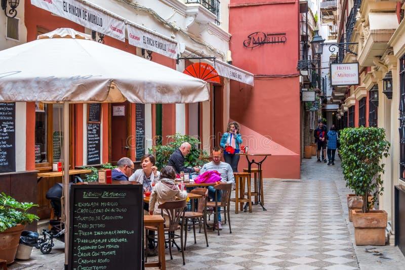 塞维利亚,西班牙- 2019年5月8日-放松在路面咖啡馆的游人在市中心,塞维利亚 库存图片