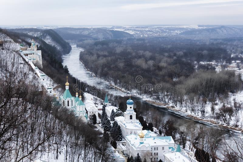 塞维尔斯基顿涅茨的岸的斯维亚托戈尔斯克拉夫拉在冬天 顶视图 库存图片