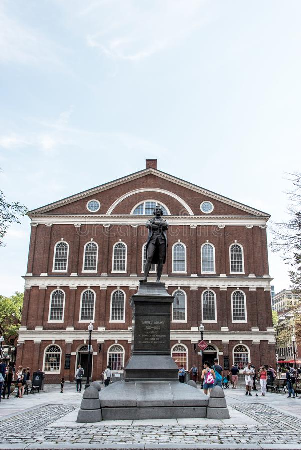 塞缪尔・亚当斯在Faneuil霍尔附近的纪念碑雕象在波士顿马萨诸塞美国 库存照片