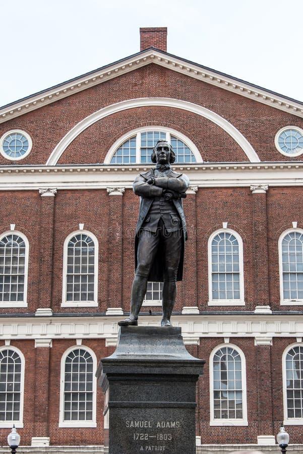 塞缪尔・亚当斯在Faneuil霍尔附近的纪念碑雕象在波士顿马萨诸塞美国 免版税图库摄影