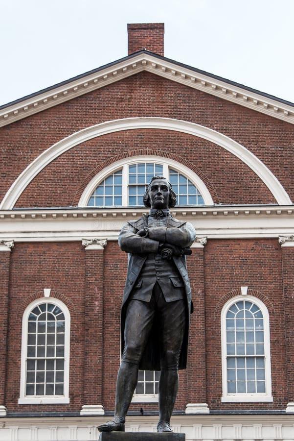 塞缪尔・亚当斯在Faneuil霍尔附近的纪念碑雕象在波士顿马萨诸塞美国 免版税库存图片