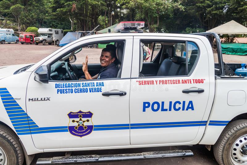 塞罗佛得岛,萨尔瓦多- 2016年4月5日:有护航游人的警察乘员组的警车对圣安娜volca 免版税库存照片