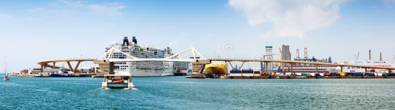 巴塞罗那港的巡洋舰终端  西班牙 免版税图库摄影