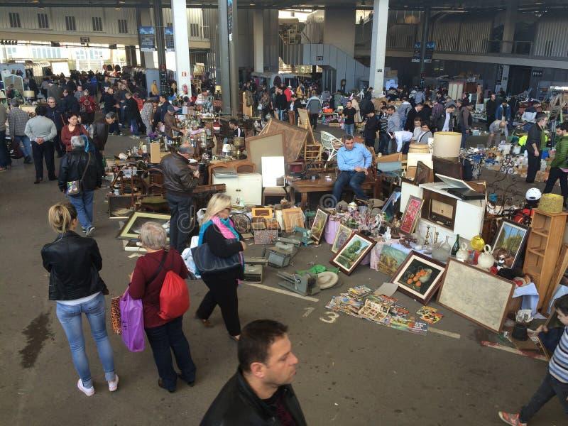 巴塞罗那,西班牙, 2016年3月:古色古香和老商品贸易在地方跳蚤市场上的 免版税库存图片