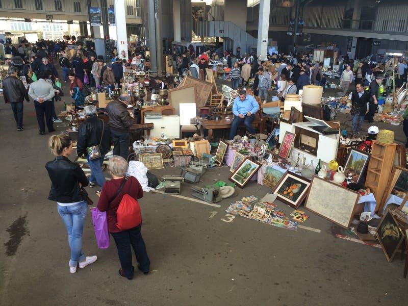 巴塞罗那,西班牙, 2016年3月:古色古香和老商品贸易在地方跳蚤市场上的 库存图片