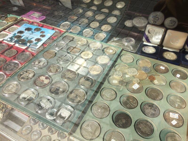 巴塞罗那,西班牙, 2016年3月:古色古香和老硬币贸易在地方货币跳蚤市场上的 库存图片