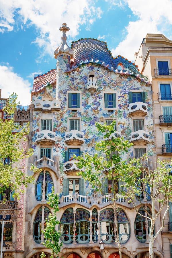 巴塞罗那,西班牙- 2016年4月17日, :门面骨头住处Battlo或房子由安东尼Gaudi设计了 免版税库存照片