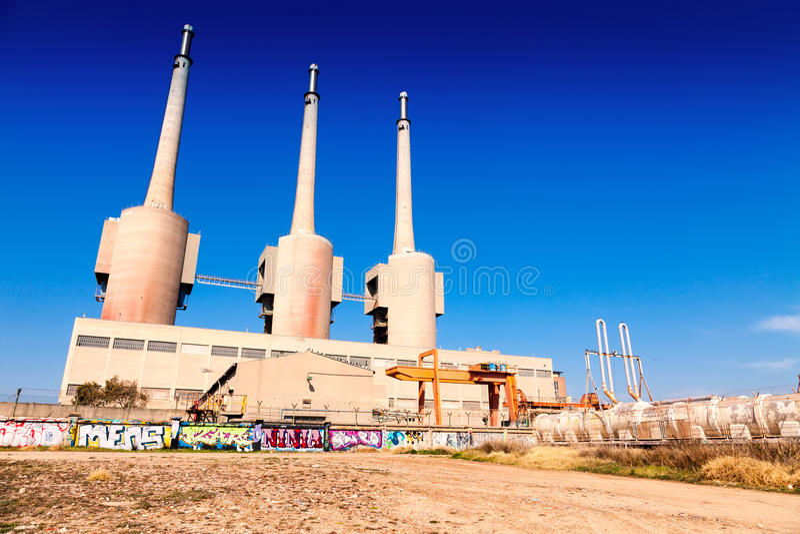 Besos力量热量驻地烟囱在Sand Adria de Besos 库存照片