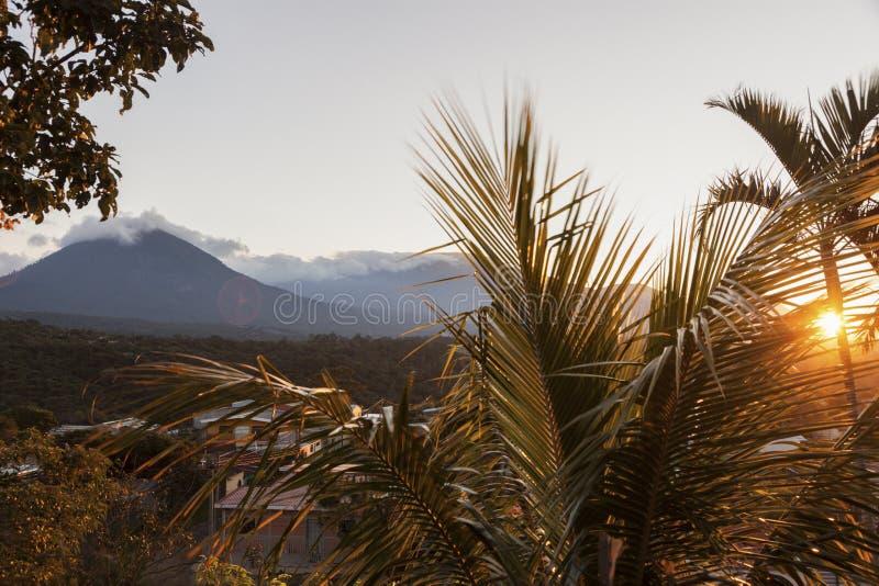 塞罗Verde国家公园火山从Juayua看见的 免版税库存图片