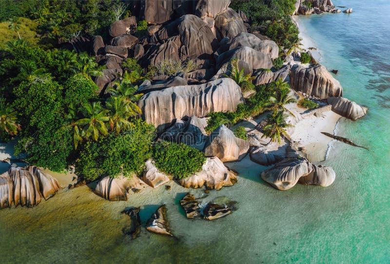 塞舌尔热带海滩昂斯市来源d空中照片'银在平衡光在拉迪格岛海岛,突出 免版税库存图片