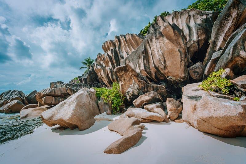 塞舌尔的惊人热带海岛,在海滩的巨型花岗岩岩石 免版税图库摄影
