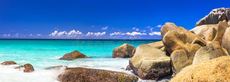 塞舌尔群岛,普拉兰岛海岛的花岗岩多岩石的海滩 免版税库存图片