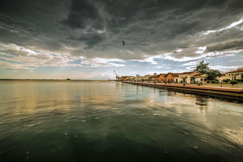 塞萨罗尼基在多云雨天,宽射击港  图库摄影